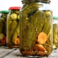 Przepis na Najlepsze ogórki konserwowe.        Tym razem wpis, który może średnio wpisuje się w tematykę bloga, ale ponieważ jest to przepis na najlepsze… Vegetarian Recipes, Healthy Recipes, Polish Recipes, Sauerkraut, Canning Recipes, Preserves, Pickles, Cucumber, Side Dishes
