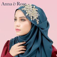 Asyik warna soft je kan, kali ni Sofea beaded shawl juga available dengan warna sappire. Bagi #annaqueens yang nak gayakan shawl warna gelap, tapi tampil elegance dan menarik, try la warna ni. Boleh mix & match dengan macam2 warna tau. 😚  Setiap pembelian shawl, included dengan box yang sangat comel ok. Rugi sgt kalau tak grabb! 😍-Anna Hijab Fashion Inspiration, Style Inspiration, Hijab Style Tutorial, Anna Rose, Beautiful Hijab, Headgear, Islam, People, Beauty