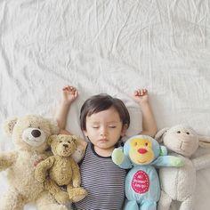 ▼ 3月17日。 ▼ 大〜好きな美人姉妹のゆりちゃんとかなちゃんから#おやすみなさいバトン  @lillyann0613 @kana_s0130  ありがとう ▼ 最近ホント〜に#お昼寝 しなかったから、出来ないと思っていたら、バトンを貰った次の日に寝た!! しかも3時間も(笑) この日はたまたま朝早く出掛ける用事があったから、疲れちゃったみたい ▼ お昼寝の写真、2歳になるまでにあと何回撮れるかなぁ〜 ▼ #寝相アート #おやすみなさい #ねんね #すやすや #ぬいぐるみ #バンザイ #天使 #かわいい #親バカ #親バカ部 #1歳10ヶ月 #1歳 #男の子 #ハーフ #男の子ママ #putyourhandsup #babyboy #childhoodunplugged #thechildrenoftheworld #ourchildrenphoto  #momswithcameras #ig_kidsphoto  #cutekidsclub #ig_beautiful_kids #kids_japan_international #pixel_kids #...