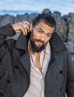 Jason Momoa man bun is very much famous and makes all men very handsome, good looking and ofcourse very ,uch hot and sexy. Jason Momoa Aquaman, Man Bun Styles, Hair And Beard Styles, Boys Lindos, Gorgeous Men, Beautiful People, Good Looking Men, Bearded Men, Bearded Tattooed Men