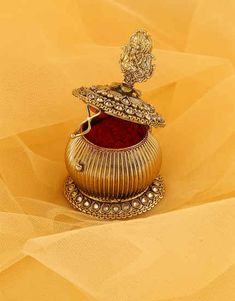 Select beautiful range of sindoor box online from the huge collection. We offer silver kumkum box, gold plated kum kum bharani and fancy sindoor dani at best price. Bridal Jewelry, Jewelry Art, Antique Jewelry, Gold Jewelry, Fashion Jewelry, Jewelry Design, Diamond Earrings Indian, Silver Pooja Items, Gold Earrings Designs