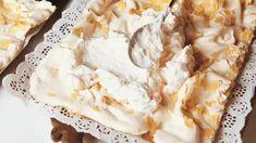 Valmista täyte. Kiehauta kuoritut, pilkotut raparperit pienessä vesitilkassa yhdessä sokerin kanssa ja anna jäähtyä. Vaahdota kerma tukevaksi vaahdoksi. Kokoa kakku. Leikkaa jäähtynyt kakku kahteen osaan. Nosta toinen levy kakkuvadille. Jos raparperihi... Kermit, Margarita, Pie, Desserts, Food, Torte, Tailgate Desserts, Pastel, Meal
