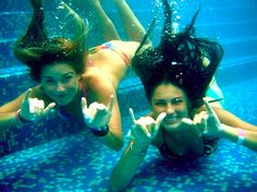Take fun under water pics with your besties! Bff Pictures, Summer Pictures, Cute Photos, Beach Pictures, Summer Pics, Best Friend Goals, My Best Friend, Underwater Pictures, Moraira
