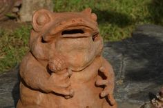 In sapo, the goal is to send a coin into the frog's mouth.