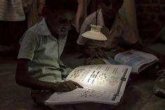 Der Name sagt eigentlich schon alles. GravitiyLight2 ist die zweite Generation einer Lampe, die die Schwerkraft – Gravitation – als Energiequelle nutzt. Sie soll als Alternative zu gefährlichen Petroleumlampen insbesondere in Afrika dienen und wird in Kenia produziert.  if(typeof window.Ads_BA_AD == 'function') { Ads_BA_AD('CAD2'); } Die Schwerkraftlampe GravityLight2 ist eine verbesserte Version der ersten Generation, über