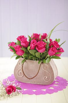Talk about a modern floral arrangement of roses...