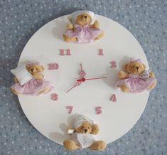 Relógio com ursinhos(as) para decorar o quartinho do bebê. <br>Feito sob encomenda pra combinar com a sua decoração. <br>Pintura laqueada. <br>Ursinhos de acordo com o modelo disponível no momento! <br>O prazo para confecção poderá ser alterado de acordo com a quantidade de pedidos. <br>PRODUTO ARTESANAL SUJEITO A VARIAÇÕES