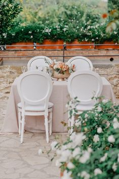 Timeless Tuscan Wedding in Pink and Peach with Magnificent Florals - The little thins - Event planning, Personal celebration, Hosting occasions Wedding Sets, Floral Wedding, Wedding Table, Wedding Event Planner, Wedding Blog, Elegant Centerpieces, Tuscan Wedding, Romantic Weddings, Event Planning