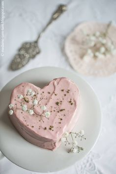 Ein Erdbeer-Creme-Herzkuchen mit Basilikumkrokant ... schmeckt nicht nur zum Muttertag richtig lecker! - bei HANDMADE Kultur findest du schöne Ideen und kostenlose DIY Aleitungen zum Selbermachen. Proper Tasty, Basil, Mother's Day, Pies