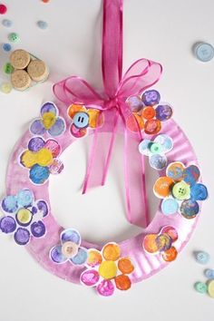 Adorable Cork-Stamped Flower Wreath for Spring, Looking for an adorable spring craft to do with your kids? Grab some corks and buttons and Continue Reading Adorable Cork-Stamped Flower Wreath for Sp. Paper Plate Crafts For Kids, Spring Crafts For Kids, Mothers Day Crafts For Kids, Summer Crafts, Easter Crafts, Daycare Crafts, Toddler Crafts, Preschool Crafts, Cork Crafts