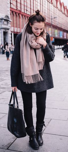 Paulien Riemis is wearing a grey oversized mohair mix sweater from H&M