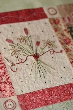 Like the embroidery with FMQ and patchwork. Embroidery Applique, Cross Stitch Embroidery, Embroidery Patterns, Quilt Patterns, Machine Embroidery, Flower Embroidery, Quilting Projects, Quilting Designs, Sewing Projects
