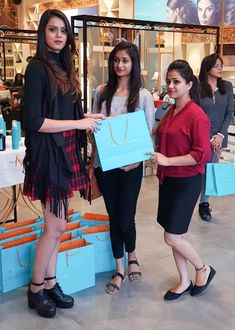 Here we are with the glimpses of the styling session & Moroccanoil Experience at Sizzlin Scizzors. Best Salon, Moroccan Oil, Celebrity Beauty, Party Makeup, Jaipur, How To Look Pretty, Salons, Hairstyle, Bridal