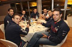 Rafa e altri giocatori della Trentino Volley brindano durante la serata alla Cantina Sociale Le Meridiane di Trento -