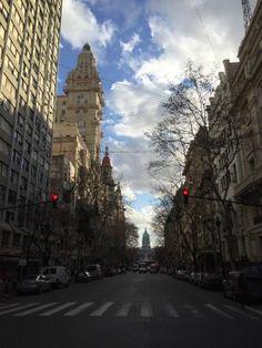 Foto de Avenida de Mayo- parada obrigatória. Avenida movimentada, com ótimos restaurantes (como o Goya e Café Tortoni ) , bares e cafés. Dê uma esticada até a Rua Florida para compras.