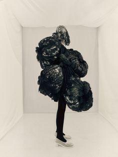 L'énigme Rei Paolo Roversi for Vogue Paris October 2015 4 Rei Kawakubo, Paolo Roversi, Lumpy Space Princess, Vogue Paris, Paris Tokyo, Editorial Fashion, Fashion Art, Street Fashion, Fashion Design