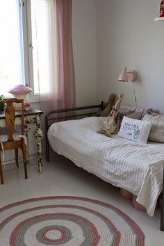 Vanilija: Tyttären huoneen lattian maalaus.