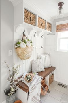 Spring Mudroom Decor These DIY mudroom built-ins are decorated for Spring with a market basket and fresh flowers Decoratingstyles Spring Mudroom De… – Mudroom Entryway Foyer Decorating, Decorating Your Home, Decorating Ideas, Spring Home Decor, Diy Home Decor, Spring Decorations, Decor Room, Bedroom Decor, Country Decor