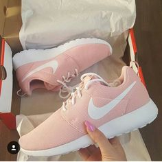 Images and videos of nike Pink Nike Shoes, Pink Nikes, Nike Free Shoes, Running Shoes Nike, Nike Free Runners, Basket Nike Noir, Nike Roshe One, Nike Roses, Baby Nike