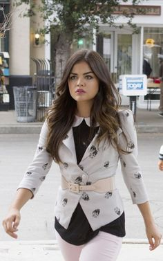 Pretty Little Liars - Aria Montgomery (Lucy Hale) Pretty Little Liars Aria, Pretty Little Liars Outfits, Pretty Little Liars Seasons, Pretty Little Lairs, Ropa Aria Montgomery, Carrie Bradshaw, Gossip Girl, Fashion Tv, Fashion Outfits