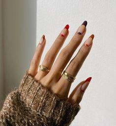 4 φθινοπωρινά σχέδια νυχιών που πρέπει να δεις πριν το επόμενο ραντεβού σου για μανικιούρ   Marie Claire   Το καλύτερο γυναικείο περιοδικό Red Nail Designs, Best Nail Art Designs, Cute Simple Nail Designs, Manicure Nail Designs, Colorful Nail Designs, Stylish Nails, Trendy Nails, Simple Fall Nails, Maroon Nails