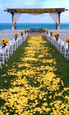 Sunflower wedding aisle and alter, wedding flower decorations, beach wedding ide… – Outdoor Wedding Decorations 2019 Summer Wedding, Dream Wedding, Wedding Beach, Trendy Wedding, Diy Wedding, Wedding Table, Wedding Stuff, Wedding Tips, Wedding Week