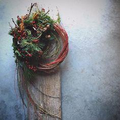 . *お知らせ* . クリスマスのお花も まだ全てお渡し出来ていないのに お正月のお花の話でスミマセン… . . そろそろお問い合わせがありますので お知らせさせていただきます。 . Houseiでは注連縄はお作りしておりません . お正月のお花は 柳・松・南天・梅などの生花を使った リース・スワッグアレンジをお作りしております . そのままドライフラワーになる過程を楽しんで頂けます . 今年もオーダー承ります。 花材内容・サイズ等でご予算変わりますので お問い合わせ頂けたらと。 お引き渡しは12月25日前後となります。 . ご希望のお客様がいらっしゃいましたら 12月1日以降ダイレクトからご連絡頂けますようお願いいたします。 . . ○写真は去年のリースです○ . Housei 吉岡 茜 . . #お正月#お飾り#リース#wreath#Housei Japanese New Year, Chinese New Year, Christmas Birthday, Xmas, Modern Wreath, New Years Decorations, Green Flowers, Grapevine Wreath, Floral Arrangements