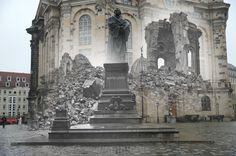 La reconstrucción de Dresde tras el bombardeo: el antes y el después (FOTOS)  Composición que muestra la iglesia Frauenkirche en ruinas tras el pedestal vacío de la estatua de Martín Lutero en 1946 tras los bombardeos aliados. Tanto la estatua como la iglesia han sido reconstruidas.