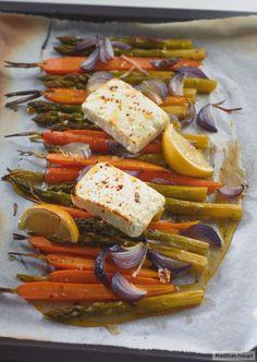 Das Ofengemüse mit gebackenem Feta ist nicht nur supersimpel, sondern auch wunderbar würzig.