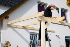 Aufbau einer Leimholz-Terrassenüberdachung There are numerous issues that could eventually finish the back garden, similar Wooden Terrace, Wooden Decks, Wooden Pergola, Wooden Pallets, Outdoor Pergola, Backyard Pergola, Patio Roof, Outdoor Sheds, Terrasse Design