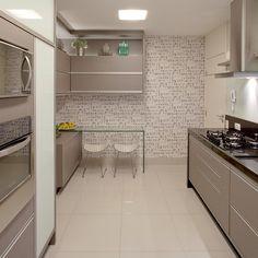 Amamos essa cozinha com cara de cozinha - acabamentos em granito preto, mdf…