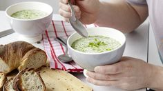 Dieses frisch-grüne vegetarische Süppchen mit Gartenkresse, Rahm und Weisswein ist ein leichtes Hauptgericht.