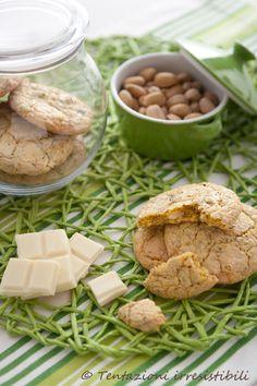 circa 15 biscotti  80 gr di farina 00 80 gr di zucchero di canna 50 ml di olio di oliva 25 gr di farina di cocco 60 gr di cioccolato bianco 60 gr di pistacchi 1 uovo  1 punta di cucchiaino di lievito in polvere     Procedimento   Tritare grossolanamente con un coltello i pistacchi.
