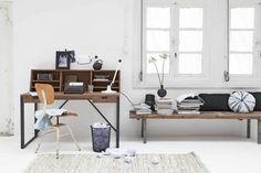 Niet uit één stuk zoals een echte schrijftafelbehoort te zijn, maar dit is wel een bijna klassieke schrijftafel met aan de lange kant een bijbehorende vakkenkast voor al die boeken, pennen en prullaria. Meer wooninspiratie http://www.vtwonen.nl/wooninspiratie?room=Werken