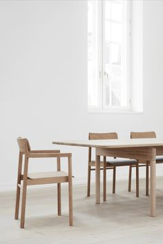 The solid wood frame provides a stable structure for the streamlined table top available in wood veneer. Given the placement of the legs on either end, the result is loads of leg room. Nordic Home, Wood Surface, Wood Veneer, Danish Design, Painting On Wood, Solid Wood, Dining Chairs, Furniture Design, Tables