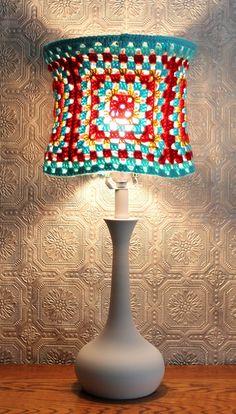 granny square crochet lampshade, for the granny in me Crochet Art, Crochet Home, Crochet Crafts, Yarn Crafts, Crochet Projects, Crochet Patterns, Diy Crafts, Granny Squares, Crochet Squares