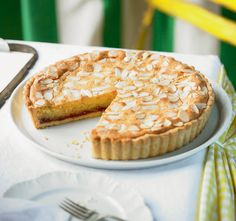 A proper bakewell tart recipe with crisp sweet shortcrust pastry, a layer of strawberry jam, a generous frangipane filling and flaked almonds. Tart Recipes, Baking Recipes, Dessert Recipes, Free Recipes, Cuban Recipes, Pastry Recipes, Sweet Pie, Sweet Tarts, Tarta Bakewell