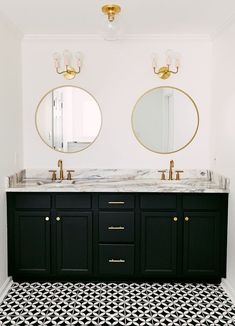 Bathroom Decor black and white Black and white bathroom with gold hardware Black and white bathroom with gold hardware Bad Inspiration, Bathroom Inspiration, Gold Bad, Black And White Tiles Bathroom, Black Bathrooms, Best Kitchen Design, Bathroom Interior Design, Small Bathroom, Gold Hardware