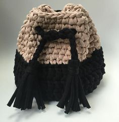 This Pin was discovered by Ann Free Crochet Bag, Crochet Clutch, Crochet Fall, Crochet Handbags, Crochet Purses, Love Crochet, Diy Crochet, Mochila Crochet, Yarn Bag