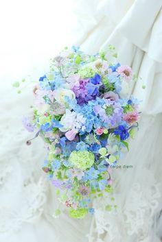 ラッセンブリ広尾様へのブーケ、 たくさんの青の小花と、 ベル鉄線やグリーンベルを使って 歩くたびにゆれる、夏の青のシャワーブーケです。  最...