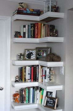 15 Ways to Better Use Corner Space - - Have an odd corner that you just don't know what to do with? We've got you covered! Try these tips on how to use corner space to organize your home. Corner Shelf Design, Tall Corner Shelf, Corner Bookshelves, Bookshelf Ideas, Book Shelves, Bookcases, Open Shelves, Corner Shelves Living Room, Bookshelf Design