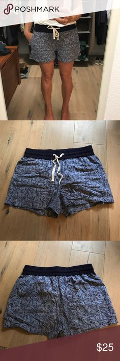 """J.crew palm print shorts 75% cotton/25% linen. Drawstring waist with tie. Side slant pockets. Back right pocket with button. Size 0 but I usually take a 2 so imo they run a bit big. 3"""" inseam. 4/26 J. Crew Shorts"""