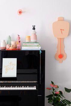 Kleurrijk keramiek op de piano