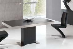 Mesa de comedor 135 x 90 cm.con 2 extensibles 47 cm. y 3 posiciones de apertura, tapa acabado porcelánico en negro sobre cristal, banda de acero y pie lacado.