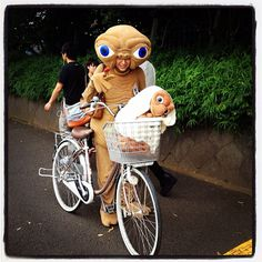 Check out this ET carrying ET costume  #BikeCostumes