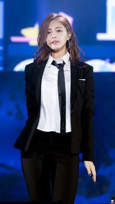 Bình thường dịu dàng như búp bê thế thôi, nữ thần tượng Kpop cũng có lúc soái không kém cánh mày râu! - Ảnh 11.