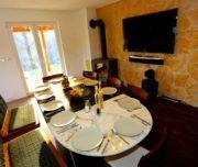 Esstisch und Fernseher im familienfreundlichen Landhaus Norddalmatien
