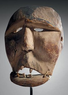 Masque ESKIMO, Alaska (USA) Il représente un visage humain, les pommettes hautes, les yeux asymétriques. La bouche présente une mâchoire inférieure articulée, avec 2 liens de cordes, 5 dents en bois sont… - Eve - 27/06/2014