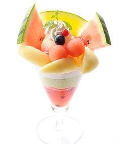 Peach and watermelon parfait Frozen Desserts, Frozen Treats, Dessert Cups, Dessert Recipes, Sweets Catalog, Kawaii Fruit, Juicy Fruit, Mixed Fruit, Japanese Sweets