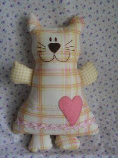 Regiane Artesanatos: Reco-reco, bolão e azeitona! Cat Crafts, Animal Crafts, Sewing Crafts, Sewing Projects, Stuffed Animal Cat, Stuffed Animal Patterns, Operation Christmas Child, Fabric Toys, Cat Doll